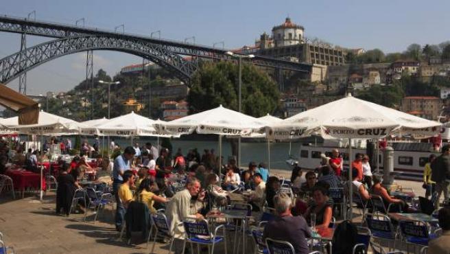 Terrazas de bares en Cais da Ribeira, Oporto.