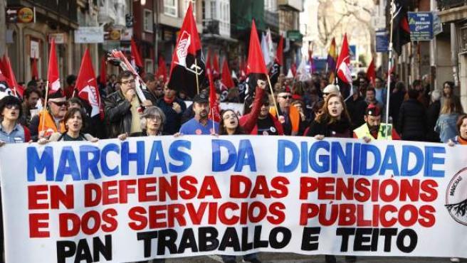 Cabecera de la movilización en defensa de las pensiones públicas dignas, un trabajo estable y la derogación de la reforma laboral, convocada por las Marchas da Dignidade en A Coruña.
