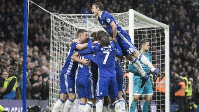 Con esta energía celebraron los jugadores del Chelsea uno de sus goles en su victoria en Londres ante el Swansea.