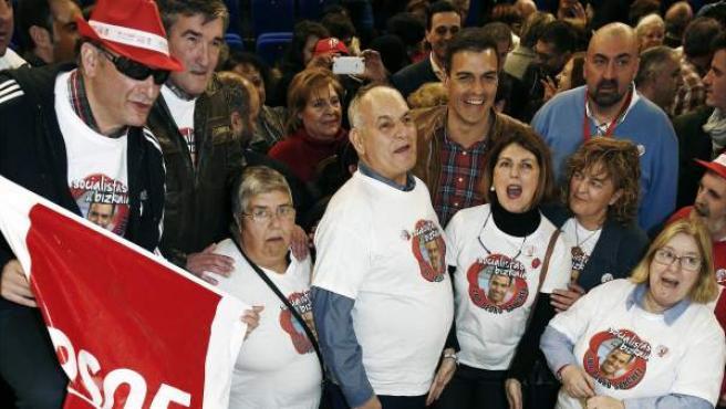 El ex secretario general del PSOE Pedro Sánchez posa con seguidores durante el acto en el que ha expuesto su proyecto para las primarias de su partido en Burlada.