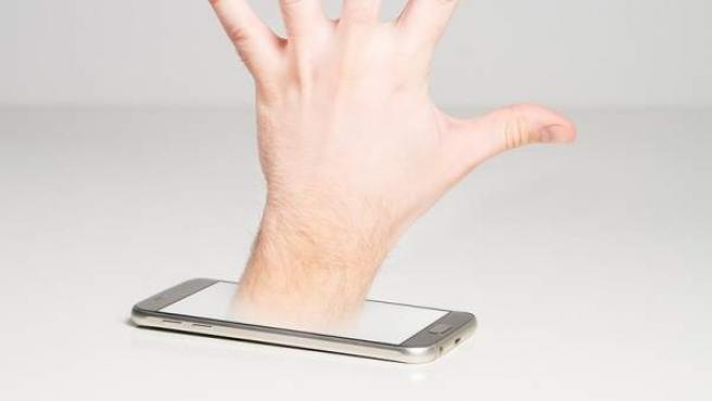 La adicción al móvil severa debe tratarse con un especialista.