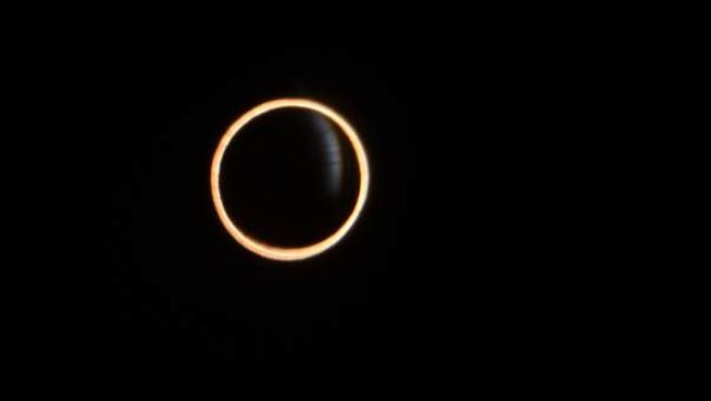 Fotografía del eclipse anular de sol de este 26 de febrero visto desde la ciudad de Aysén, en el sur de Chile.