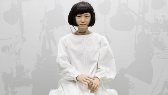 La recepcionista Kodomoroid, uno de los androides más realistas del mundo, capaz de leer noticias.