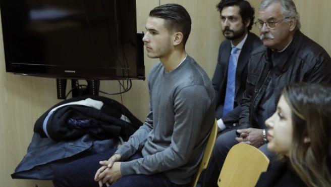El futbolista del Atlético de Madrid Lucas Hernández (i), durante el juicio que investiga el incidente que protagonizó junto a su novia el pasado 2 de febrero.