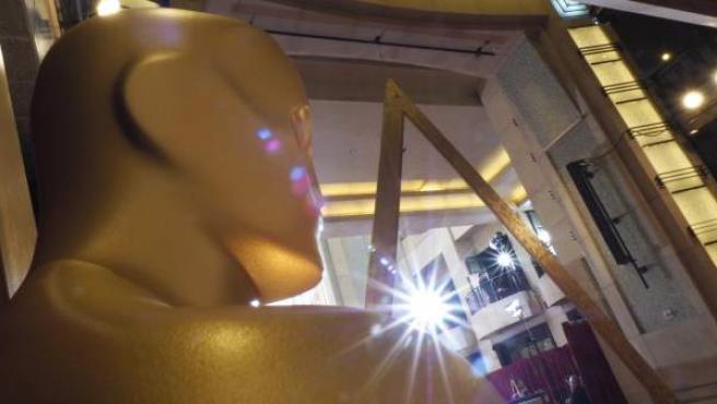 Una estatuilla de los Oscar en el Dolby Theatre de Los Ángeles.