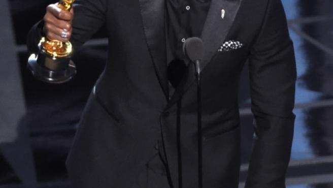 El actor Mahershala Ali se lleva el Oscar a la mejor interpretación de reparto por 'Moonlight'.