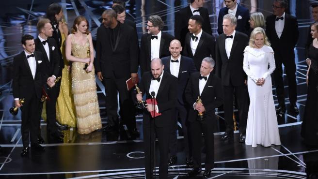 Jordan Horowitz (c), uno de los productores de La La Land realiza el discurso por haber ganado el Óscar a mejor película, antes de enterarse que el premio es para Moonlight porque había habido un error con las tarjetas.