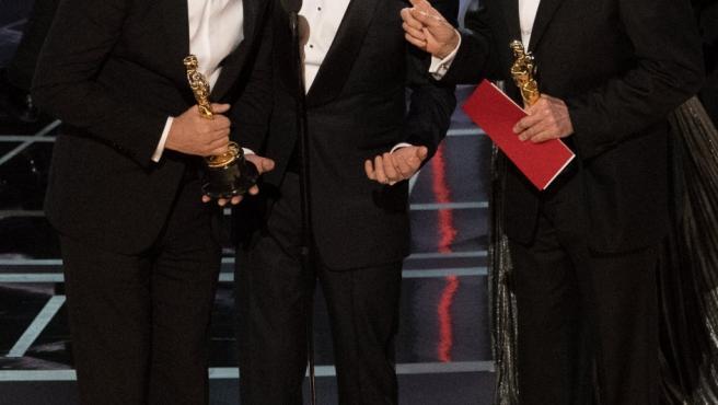 El productor de La La Land Jordan Horowitz, junto a Jimmy Kimmel y Warren Beatty después de que se produjera el error al nombrarla mejor película cuando la ganadora era Moonlight.