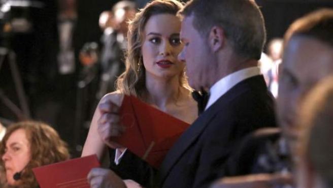 Brie Larson recibe el sobre con el nombre del ganador al premio de mejor actor del empleado de PricewaterhouseCoopers Brian Cullinan.