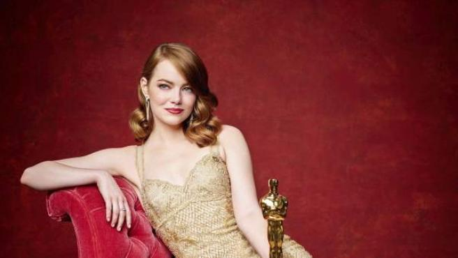 La actriz Emma Stone posa con el Oscar a la mejor actriz.