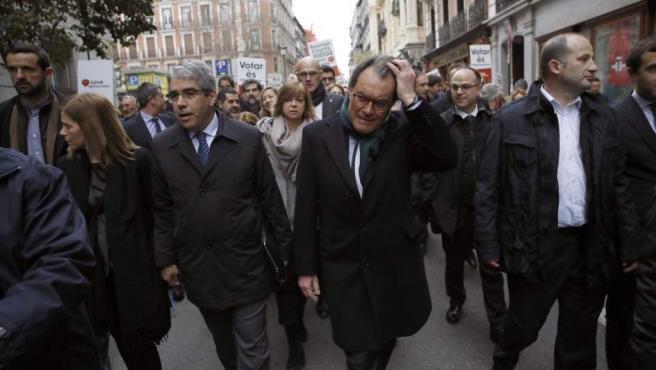 El diputado del PDeCAT Francesc Homs, acompañado del expresidente de la Generalitat Artur Mas y de una representación de políticos soberanistas, camino del Tribunal Supremo.
