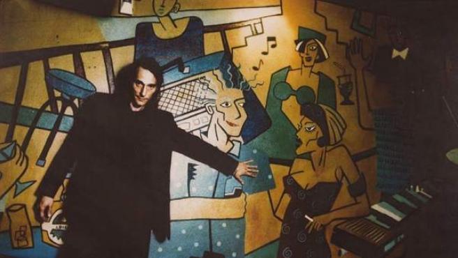 Antonio Vega frente a una de las ilustraciones que decoran El Penta.