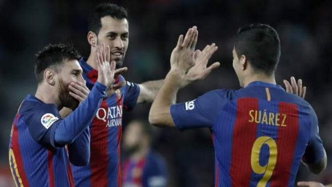 Messi, Luis Suárez y Sergio Busquets celebran uno de los goles del Barça ante el Sporting.