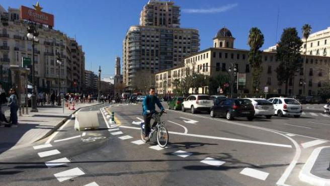 Un ciclista circulando por el nuevo carril-bici del centro de València un día antes de su apertura.