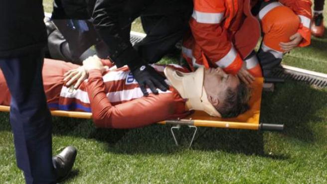 Golpe en la cabeza de Fernando Torres en el Deportivo - Atlético.