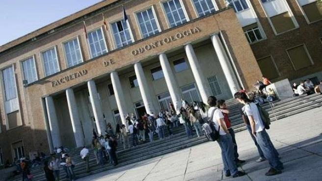 Fachada de la facultad de Odontología de la Universidad Complutense de Madrid.