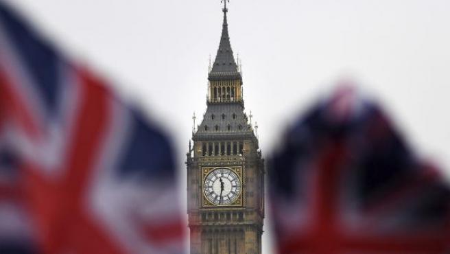 Dos banderas británicas ondean ante el Big Ben en Londres (Reino Unido).