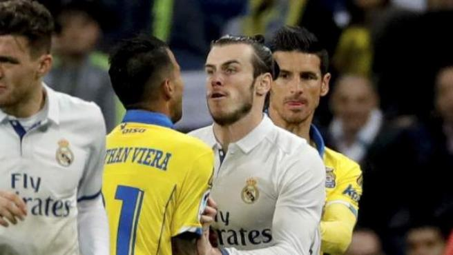 Gareth Bale empuja a Jonathan Viera antes de ser expulsado en el Real Madrid - UD Las Palmas.