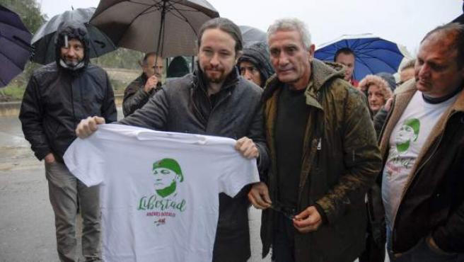 El secretario general de Podemos, Pablo Iglesias (c), acompañado de los diputados de Unidos Podemos Diego Cañamero (2d) y Rafa Mayoral (i), visita el Centro Penitenciario de Jaén, para encontrarse con el exconcejal y miembro del Sindicato Andaluz de Trabajadores (SAT) Andrés Bódalo.