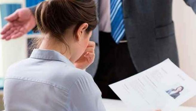 Una mujer en una entrevista de trabajo, en una imagen de archivo.