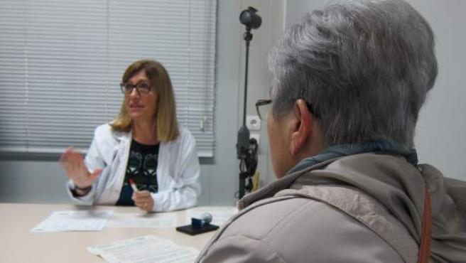 Una médico de atención primaria con una paciente en la consulta.