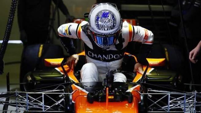 Fernando Alonso, montando en el McLaren en los test de Montmeló.
