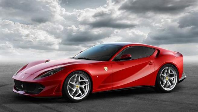 El Ferrari 812 Superfast será el sustituto del F12, que conservará su configuración de motor V12 delantero y tracción a las ruedas traseras. Alcanzará los 800 caballos a 8.500 rpm.