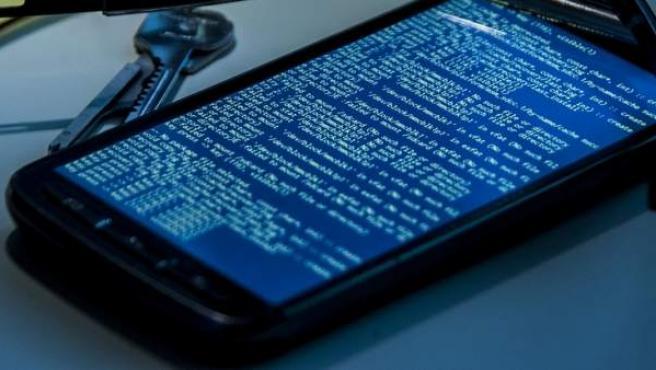 Un teléfono móvil bloqueado por culpa de un 'ramsomware'.