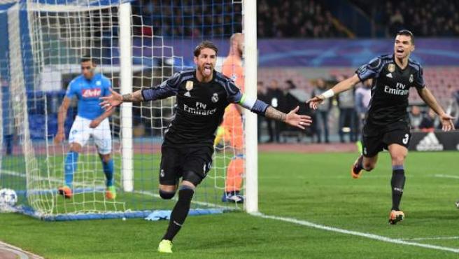 Sergio Ramos celebra uno de sus goles en el Nápoles - Real Madrid.