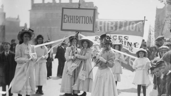 Manifestación de jóvenes sufragistas en Londres en 1909, en una foto de Christina Broom