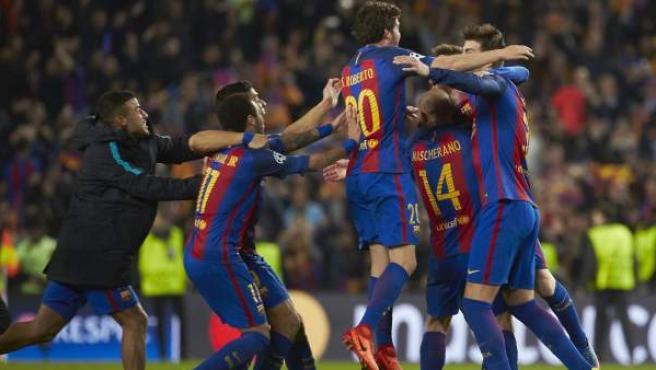 Los jugadores del Barça celebran el sexto gol ante el PSG.