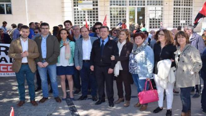 Millán (1i), junto a otros miembros del PSOE en la concentración.