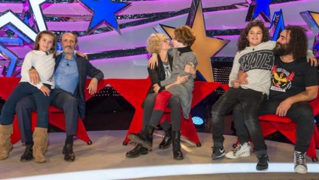 José Luis Gil, Esther Arroyo y 'El Sevilla' con sus respectivos hijos en el programa 'Jugando con las estrellas'.