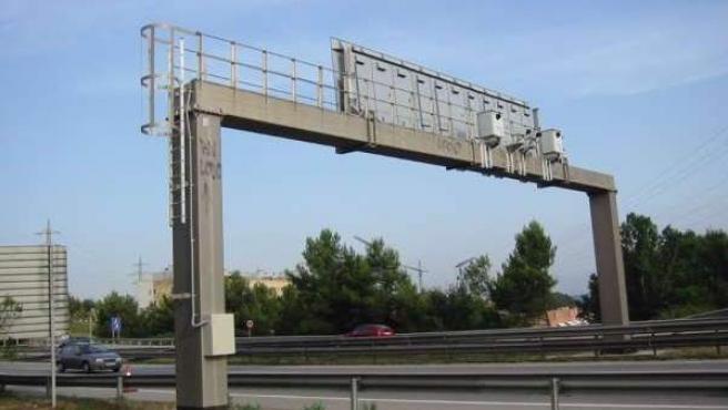 Un radar de tráfico en una autovía española.