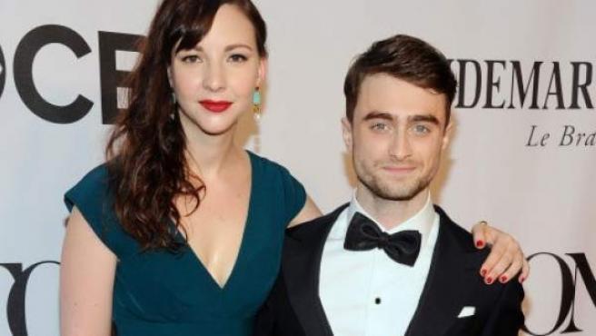El actor Daniel Radcliffe y su novia, la actriz Erin Darke.