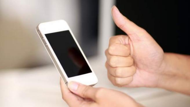 Un usuario con un smartphone.
