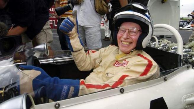 Fotografía de archivo del pasado 10 de octubre de 2004 que muestra al británico John Surtees, único piloto en la historia en ganar el campeonato del mundo en automovilismo y motociclismo en Suzuka, Japón.