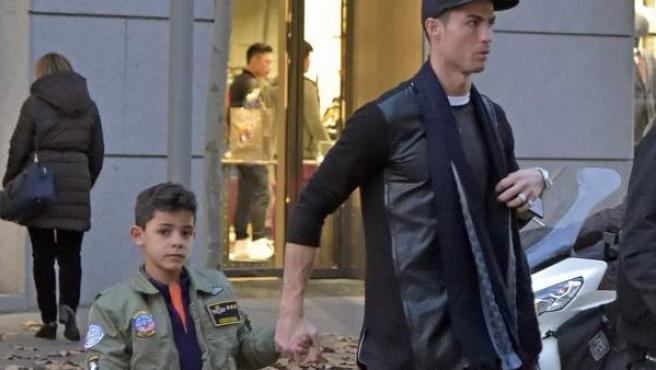 Cristiano Ronaldo, con su hijo Cristiano Jr , en las calles de Madrid en una foto tomada en enero.