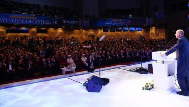 Erdogan, en un multitudinario evento en Istambul donde ha criticado a Holanda por el conflicto diplomático.