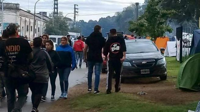 Momento de la llegada de jóvenes al concierto del cantante Indio Solari en la localidad argentina de Olavarría, a unos 360 kilómetros al suroeste de Buenos Aires.