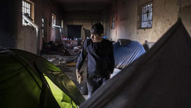 Un joven en un campo de refugiados en Belgrado (Serbia).