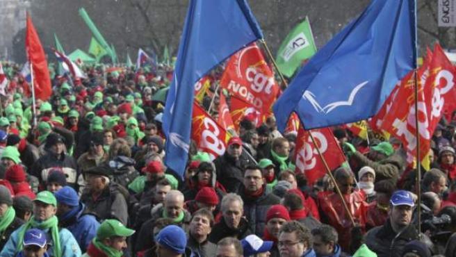 Numerosas personas participan en la protesta convocada contra las medidas de austeridad por la Confederación de Sindicatos Europeos (ETUC), durante la celebración de la cumbre de la UE, en Bruselas.