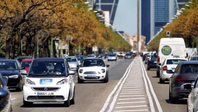 La flota de coches eléctricos Car2go, operando por el Paseo de la Castellana de Madrid.