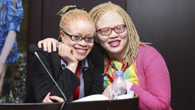 La experta independiente de la ONU para los derechos de las personas con albinismo, Ikponwosa Ero (izq), junto a la activista de este colectivo, Jayne Waithera.