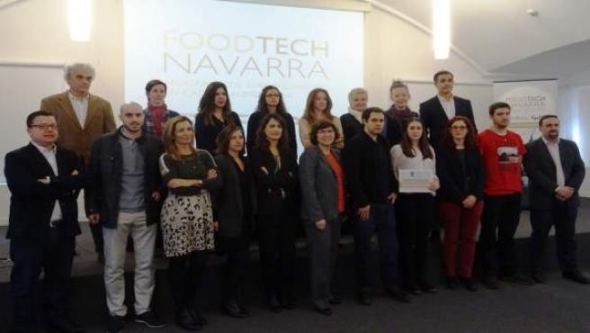 Los promotores de los proyectos finalistas junto al jurado.