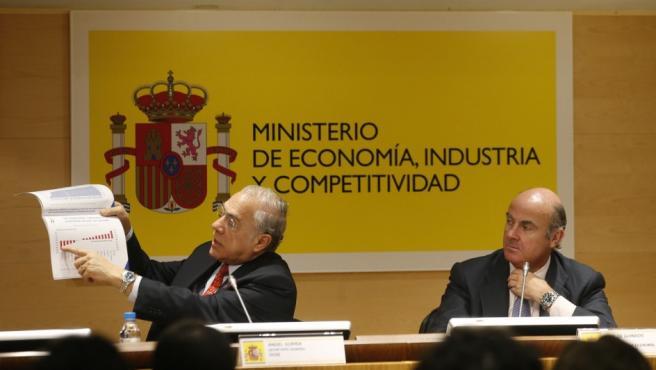 El secretario general de la OCDE, Ángel Gurría (izq) y el ministro De Guindos, durante la presentación del informe económico 2017 sobre España.