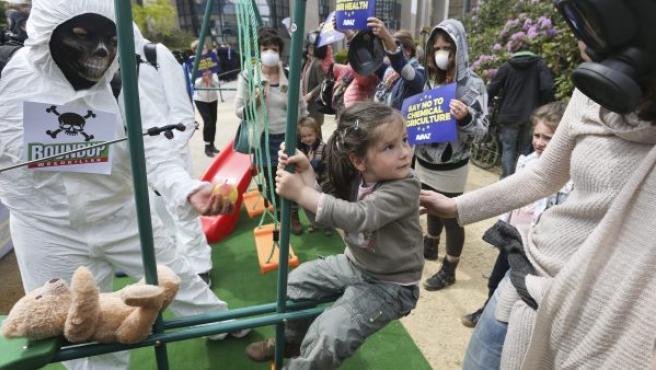 Activistas de la organización Avaaz protestan contra el uso de pesticidas con glifosato en un parque de Bruselas (Bélgica).
