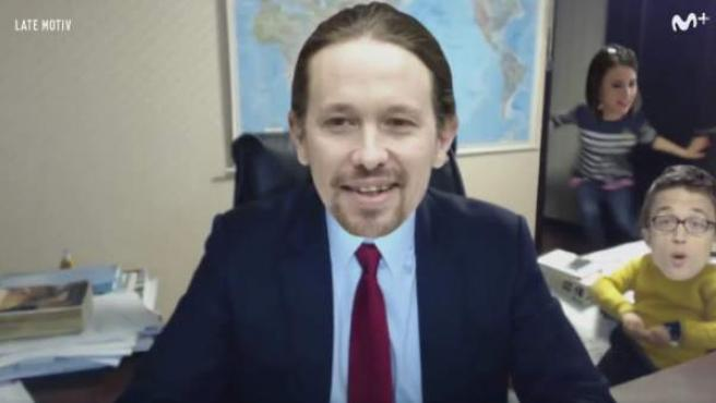 El programa Latemotiv parodia al profesor entrevistado por la BBC interrumpido por sus hijos.