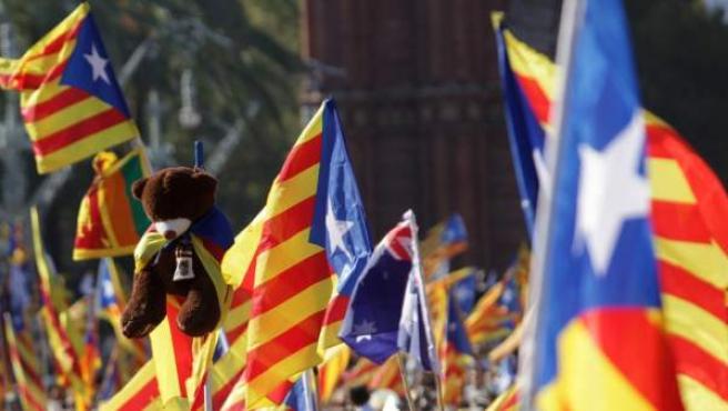 Senyeres y esteladas en la movilización de la ANC y Òmnium el 11-S en Barcelona.