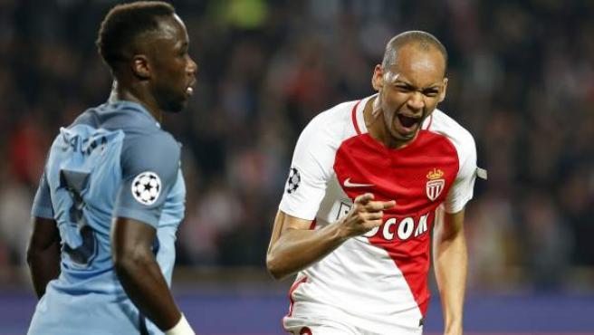 Fabinho celebra su gol ante Bacary Sagna en el Mónaco - Manchester City.